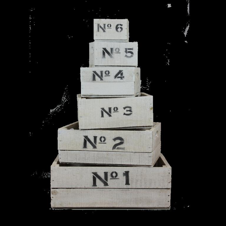 Witte houten nummer kisten